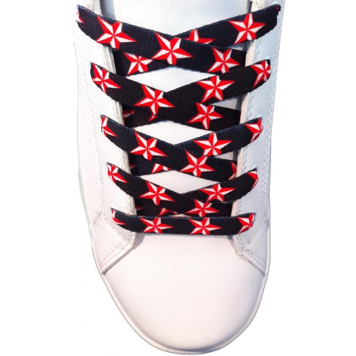 Punaisilla tähdillä varusteut kengännauhat