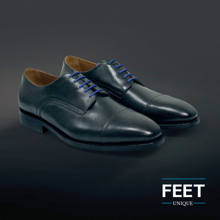Pyöreät siniset puvun kengännauhat.