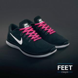 Soikeat tumman pinkit kengännauhat