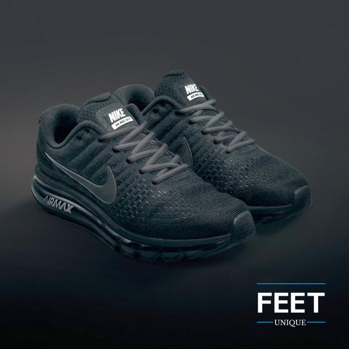 Soikeat tumman harmaat kengännauhat