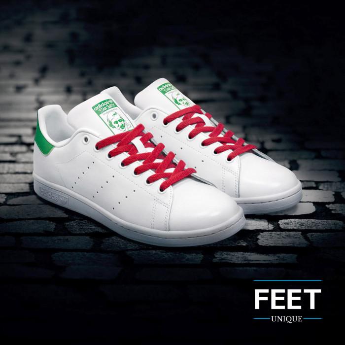 Litteät punaiset kengännauhat.